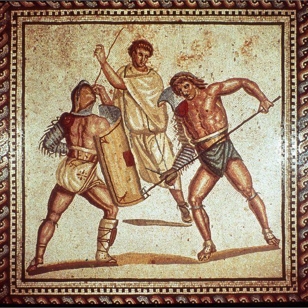 Hombrera romana de cuero para deslumbrar en el Coliseo